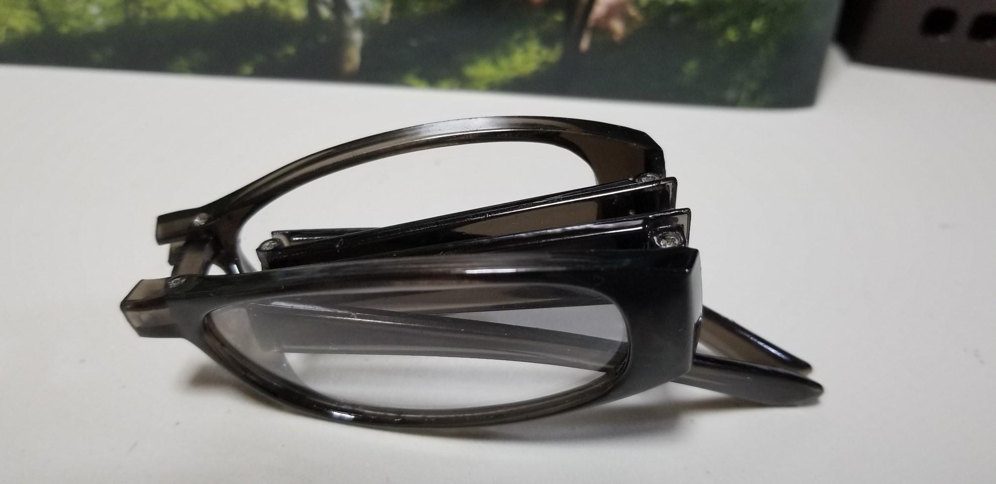 折りたたまれた老眼鏡